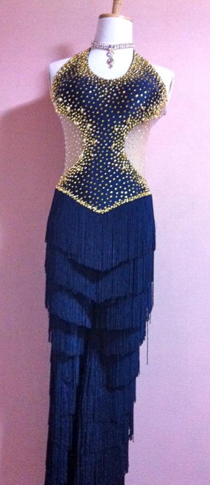 パンツタイプのラテンドレスです。スワロフスキー製ラインストーンを大量に使用して、フリンジも全身的に動きやすい、特別なラテンドレスです。写真を表示してませんが